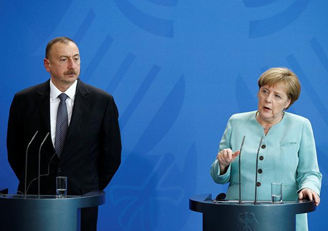 La canciller de Alemania, Angela Merkel, con el presidente de Azerbaiyán, Ilham Aliyev