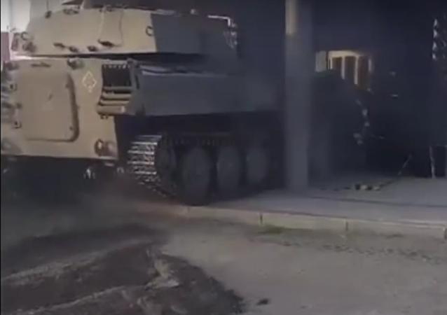 Una tanqueta soviética 'asalta' un club nocturno polaco