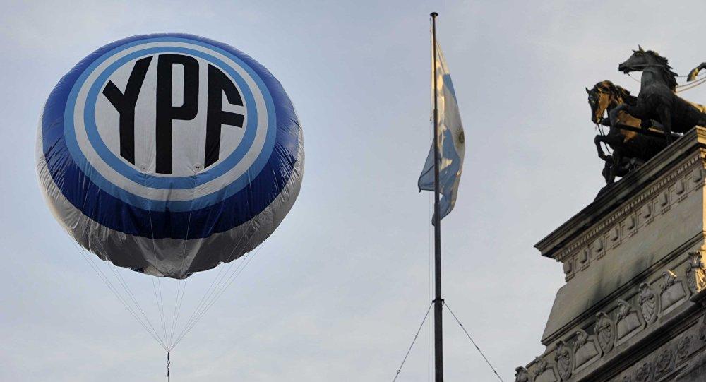 Globo con logo de YPF