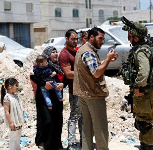 Soldados israelíes han parado una familia palestina cerca de una entrada a Yatta (archivo)
