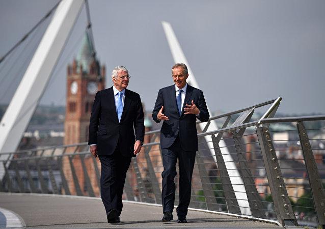 John Major y Tony Blair, ex primer ministros británicos, antes de un mitin electoral en Irlanda del Norte
