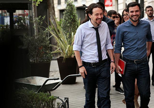 Pablo Iglesias, líder de Podemos,  con Alberto Garzón, líder de Izquierda Unida