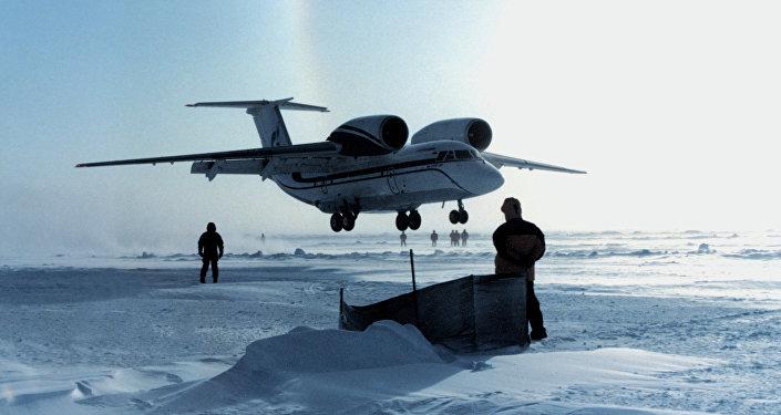 Avión An-74 ruso en el Ártico