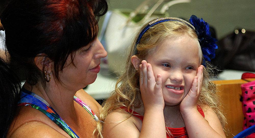 Una mujer y una niña con síndrome de Down