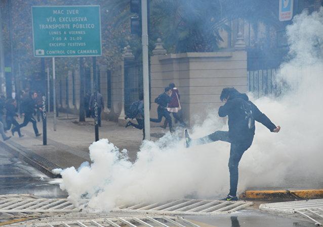 Estudiantes chilenos protestan contra la reforma educativa en Santiago