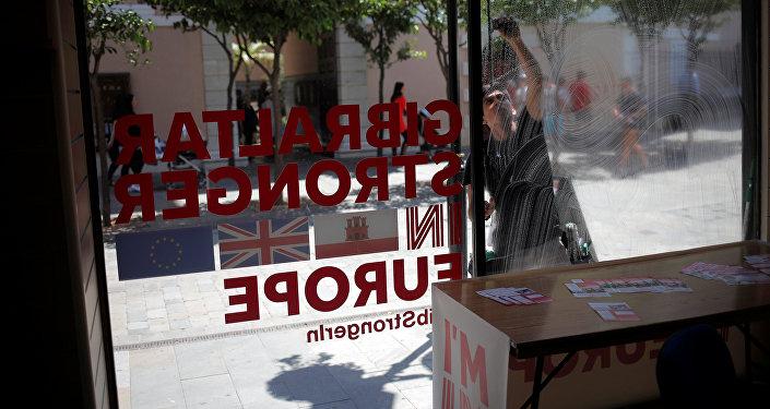 Gibraltar más fuerte en Europa y banderas de Gibraltar, Reino Unido y UE