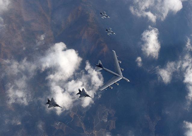 Bombardero estatégico B-52 hace formación con cazas F-15K y F-16
