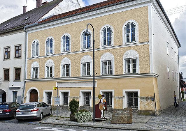 La casa donde nació Adolf Hitler en Braunau am Inn, Austria (archivo)