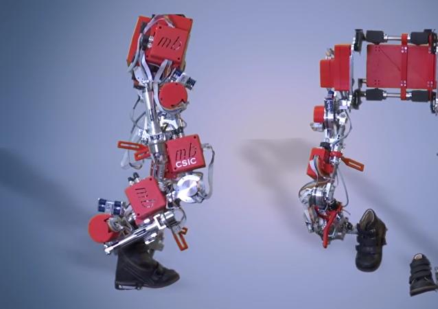 Exoesqueleto que ayuda a los niños con paraplejia a caminar