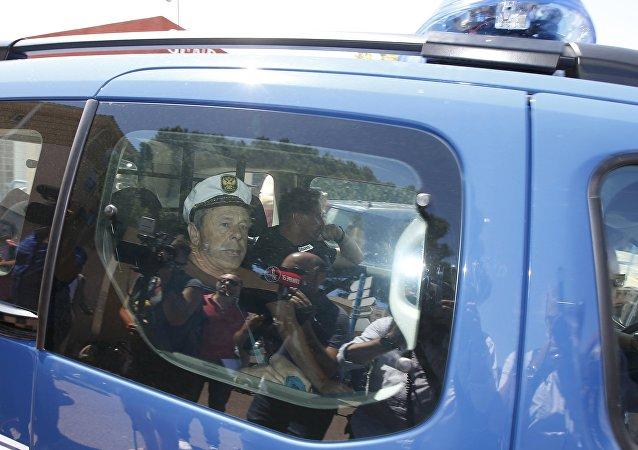 Hinchas rusos en el carro de la policía francesa