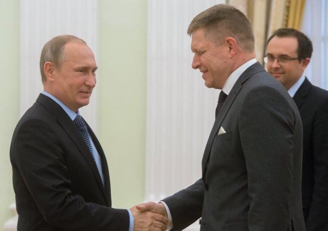 Presidente de Rusia, Vladímir Putin y primer ministro de Eslovaquia, Robert Fico