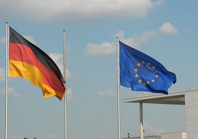 Las banderas de Alemania y Unión Europea