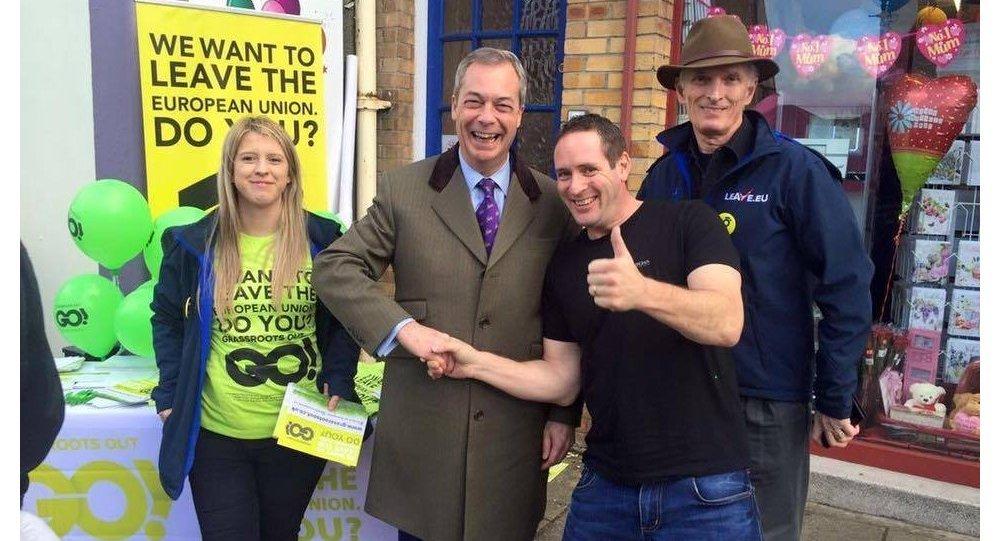 Nigel Farage, líder del Partido de la Independencia del Reino Unido (UKIP) con sus simpatizantes