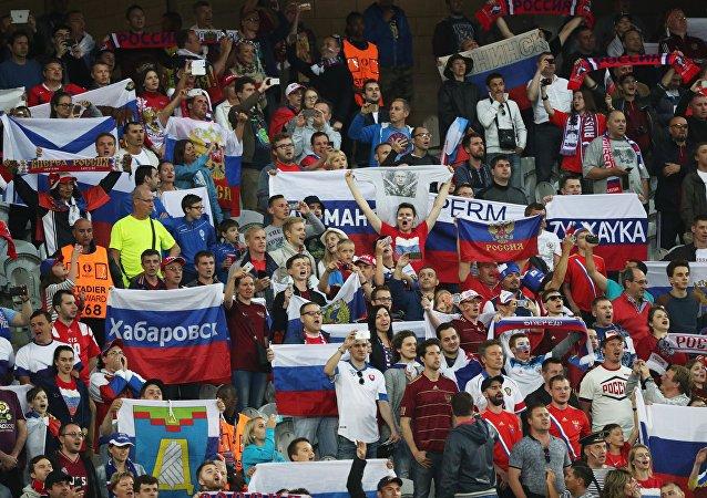 Hinchas rusos durante el partido Rusia contra Eslovaquia