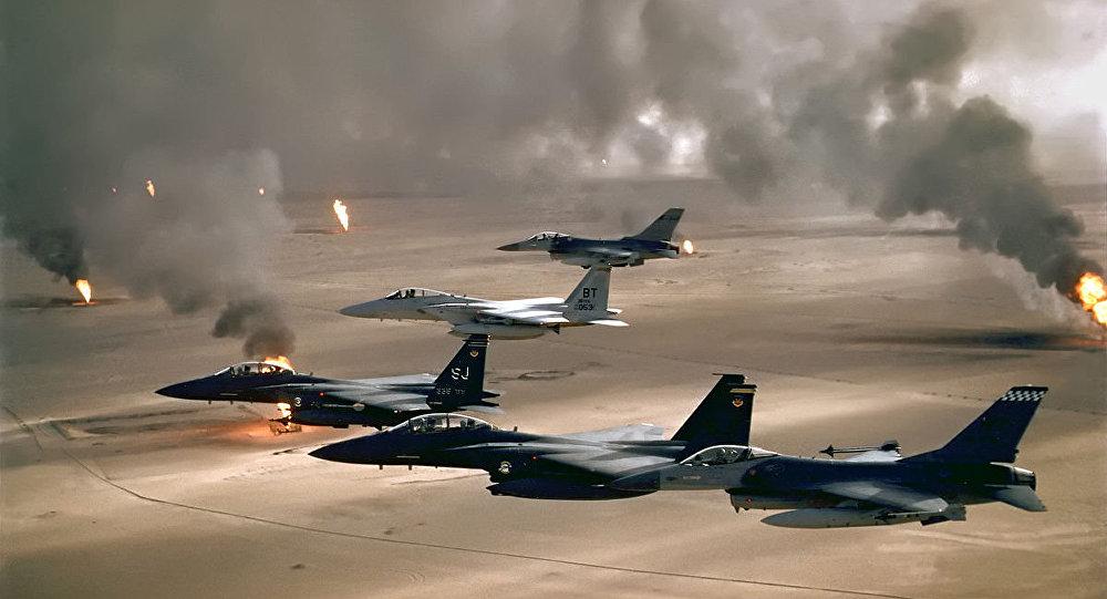 Aviones de la Fuerza Aérea de los Estados Unidos vuelan sobre Kuwait durante la Operación Tormenta del Desierto en 1991.
