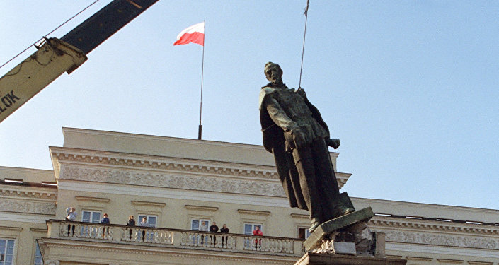 Demolición del monumento a Dzerzhinski, político soviético de nacionalidad polaca