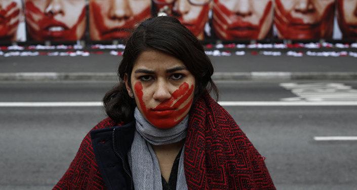 Una activista de Rio de Paz contra la violencia contra mujer, Brasil, el 10 de junio de 2016