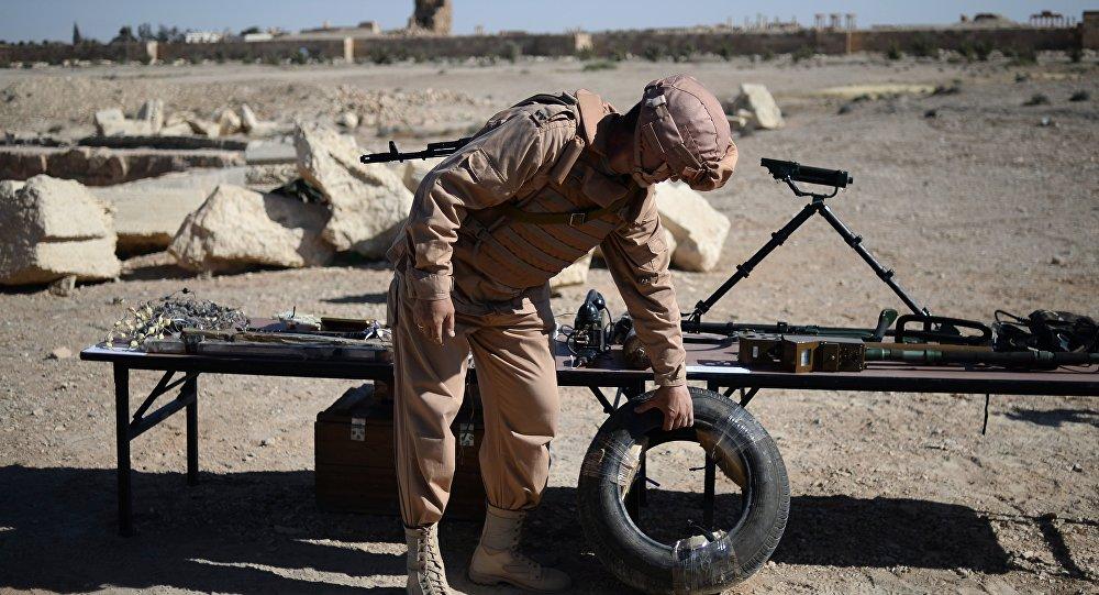 Militar ruso enseña los artefactos explosivos hallados en Palmira