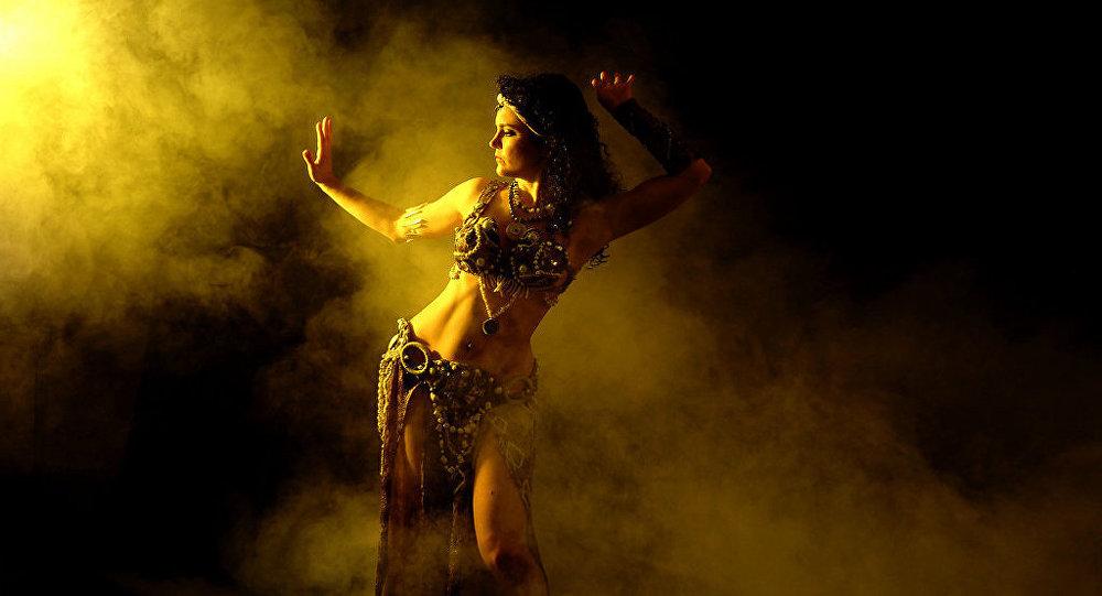 Una mujer bailando