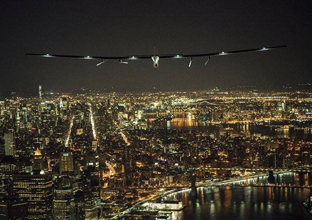 El avión Solar Impulse 2 vuela sobre Manhattan en la ciudad de Nueva York