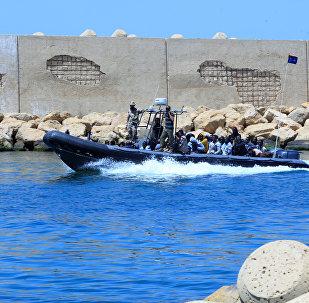 Una lancha de la Marina de Libia transporta a los refugiados