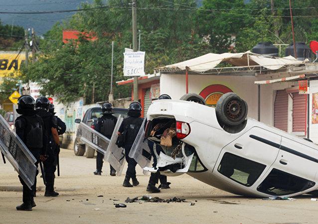 Choques entre policía y maestros en Oaxaca