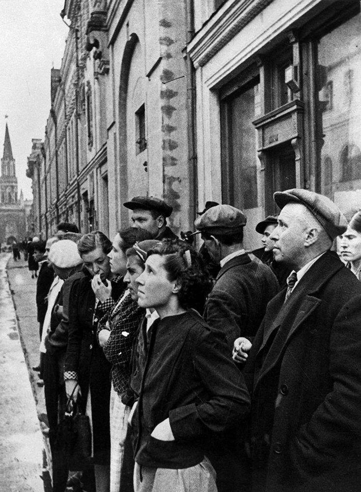 Los residentes de la capital escuchan atentos durante el anuncio gubernamental por radio del ataque de la Alemania nazi contra la Unión Soviética, el 22 de junio de 1941