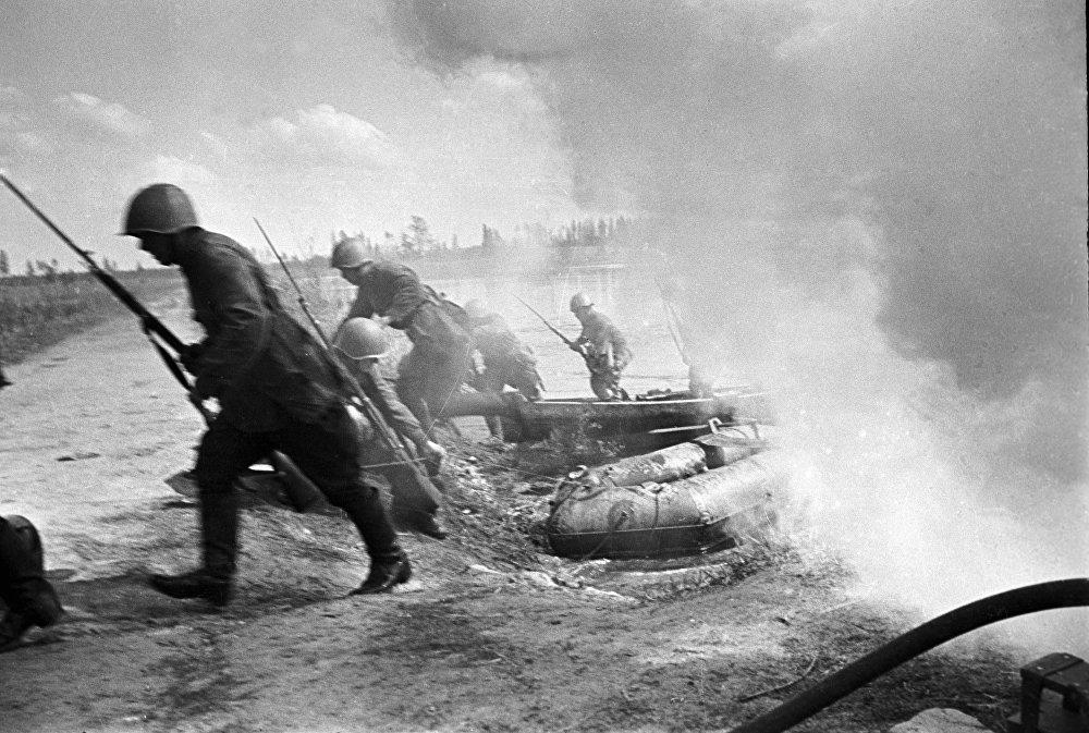 Soldados rusos superan el cauce de un río durante su marcha en el Frente del Noroeste