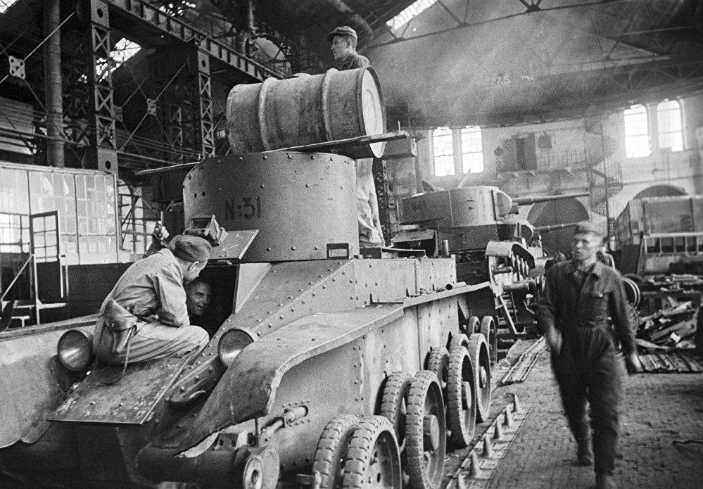 El equipo de los hermanos Zaytsev repara los tanques que pronto marcharán hacia el frente