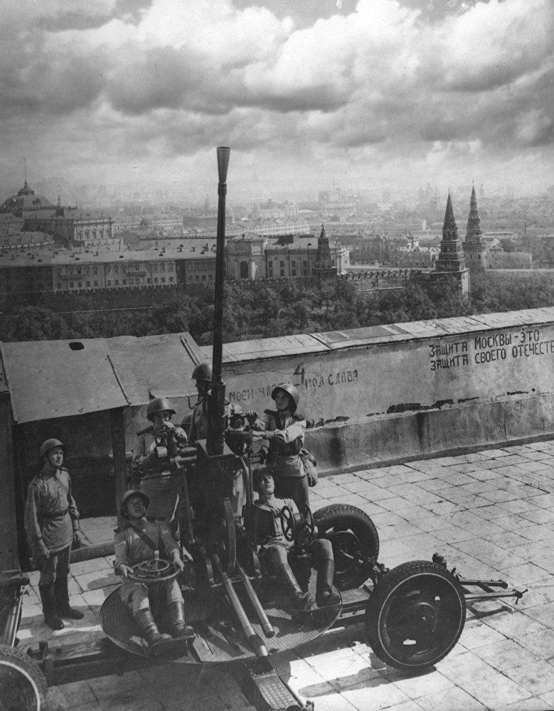 Las baterías antiaéreas vigilan los cielos de la ciudad