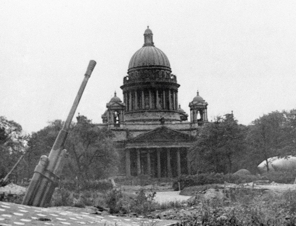 Una batería antiaérea, cerca de la catedral de San Isaac, en Leningrado —actual San Petersburgo