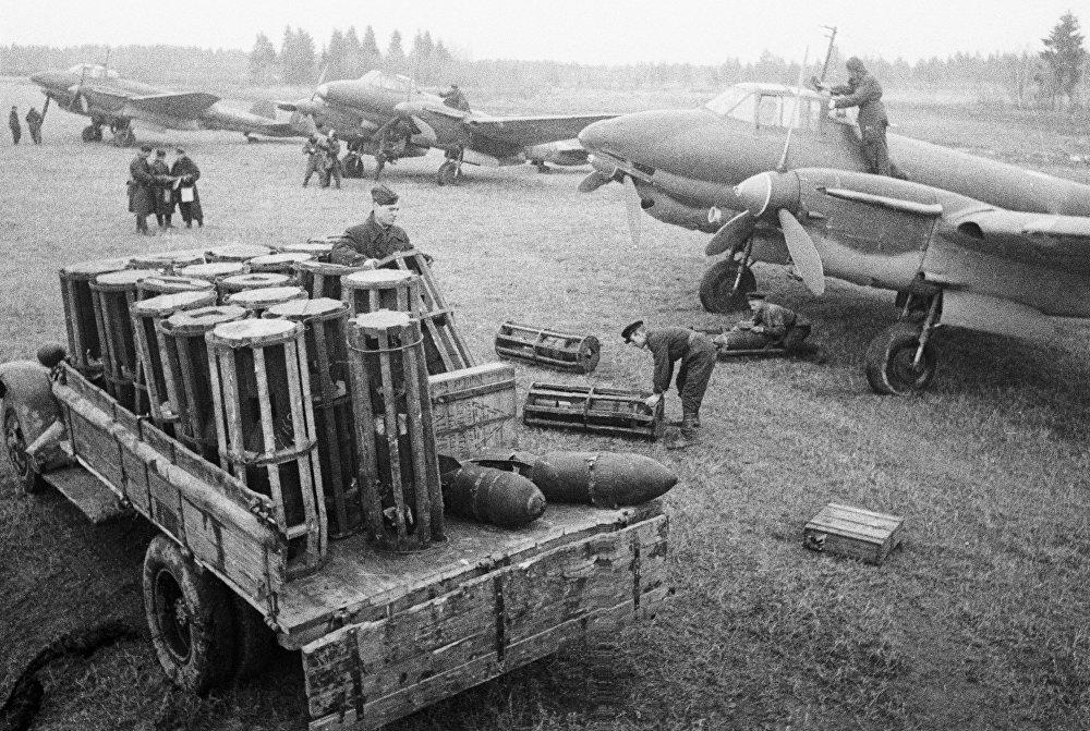 Combatientes descargan un camión con explosivos en un aeródromo militar