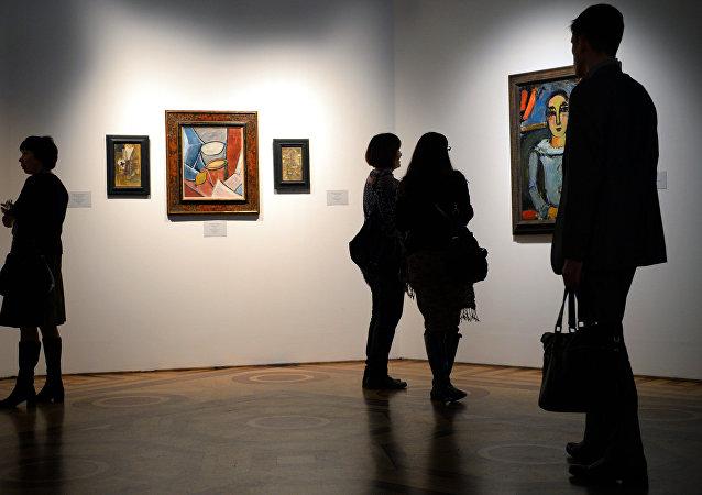 Los visitantes de una exposición dedicada a la obra de Pablo Picasso en San Petersburgo