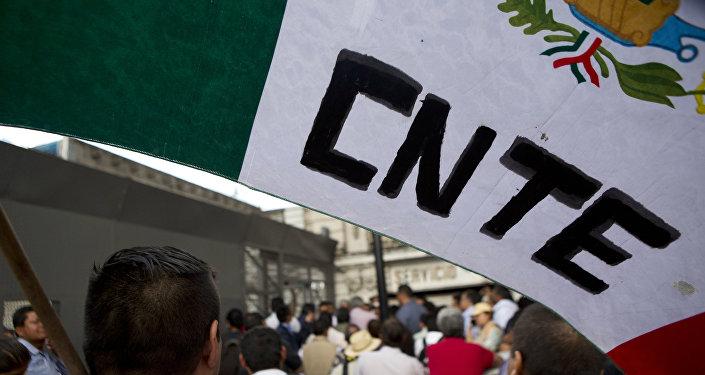 La bandera de México con las letras CNTE (Coordinadora Nacional de Trabajadores de la Educación)