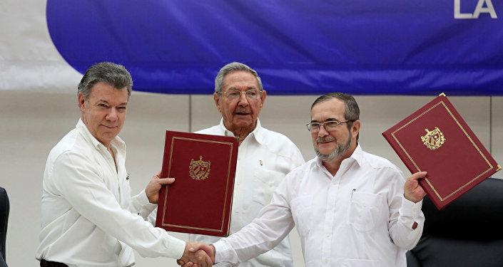 Juan Manuel Santos y Timoleón Jiménez firman el cese al fuego