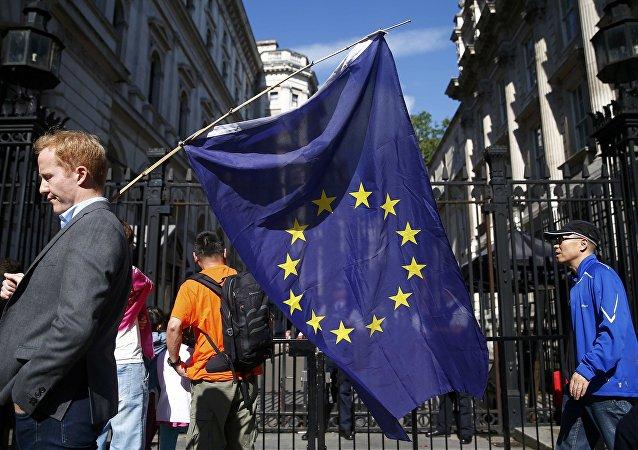 Un hombre lleva la bandera de la UE en Londres