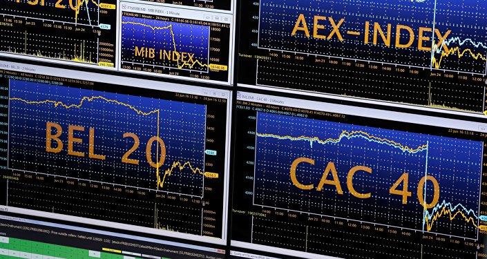Los monitores de Euronext Stock Exchange en París tras el Brexit