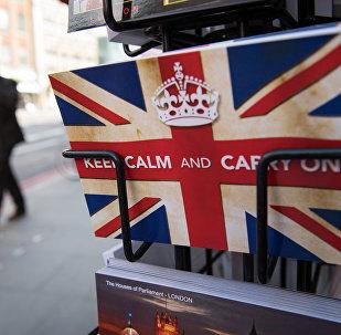 La tarjeta con el eslogan: Mantén la calma y sigue adelante