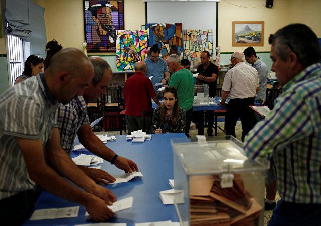 Los observadores durante el recuento de los votos en España
