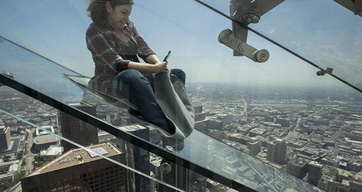 La gente deslizando por el tobogán Skyslide en EEUU