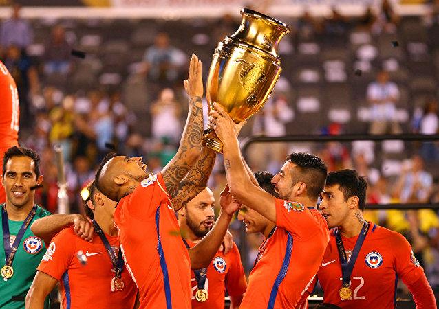 Jugadores chilenos celebran el histórico segundo título en la Copa América contra el combinado nacional argentino.