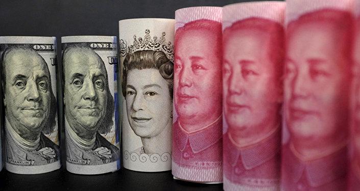Billetes de dólares estadounidenses, libras y yuanes