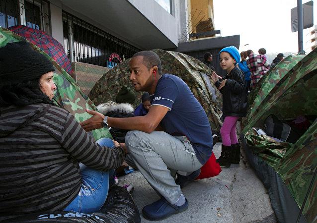 Los cubanos frente a Embajada mexicana en Ecuador