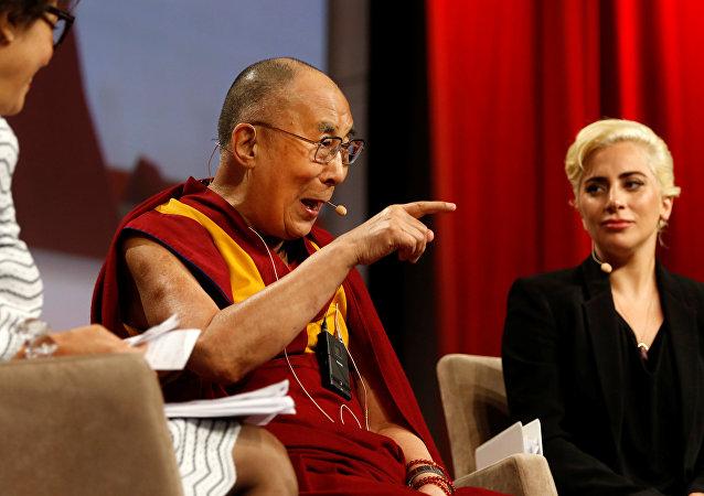 Lady Gaga durante su encuentro con el líder budista
