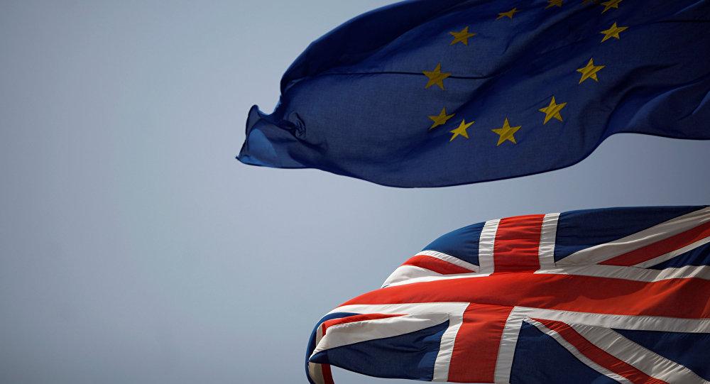Banderas de la UE y del Reino Unido