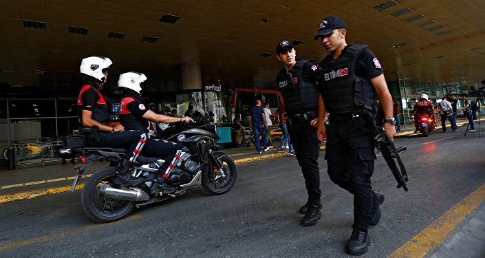 Patrulla policial en frente del aeropuerto  Ataturk
