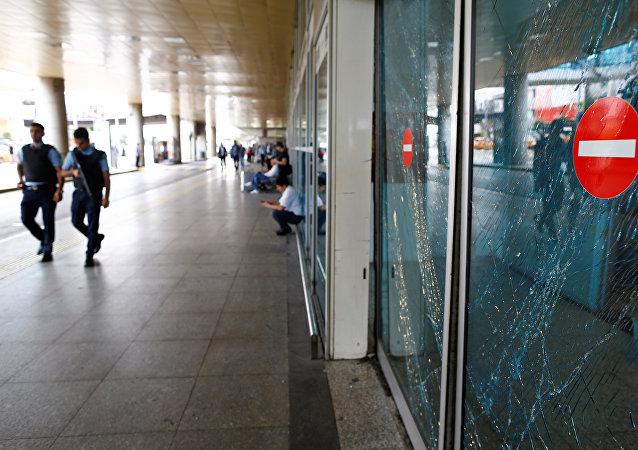 Policías en el aeropuerto Ataturk tras el atentado