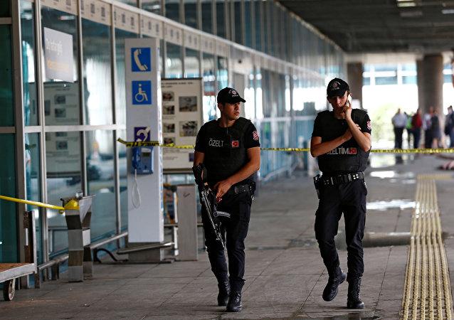 Policias patrullan el aeropuerto de Ataturk en Estambul, 29 de junio del 2016.