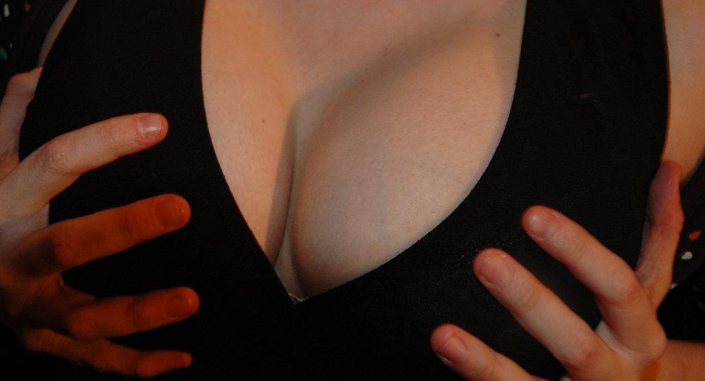 Chica muestra video de senos