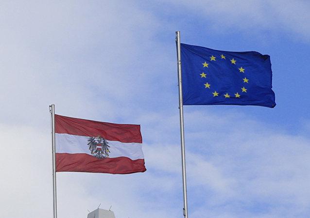 Las banderas de Austria y de la Unión Europea